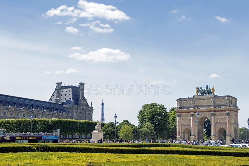 凯旋门du Carrousel:位于卡鲁索广场的凯旋门在天窗旁边在巴黎,法国 库存图片