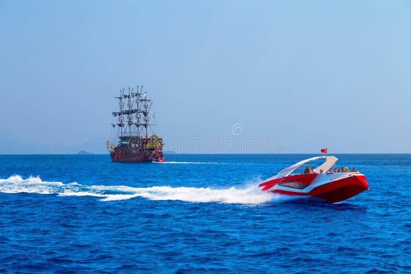 凯梅尔,土耳其- 2018年- 2 7月30,小船在Mediterranea航行 库存照片