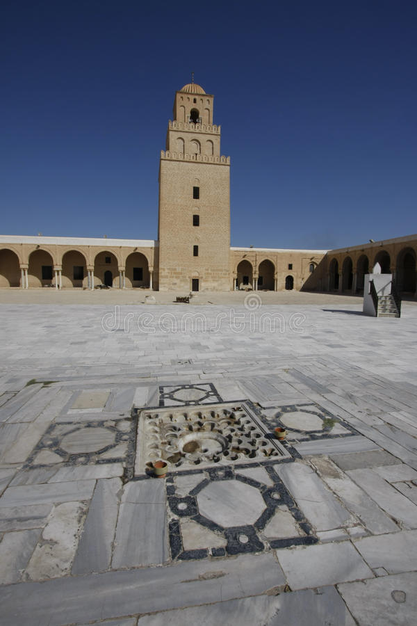 凯鲁万清真大寺的庭院  免版税库存照片