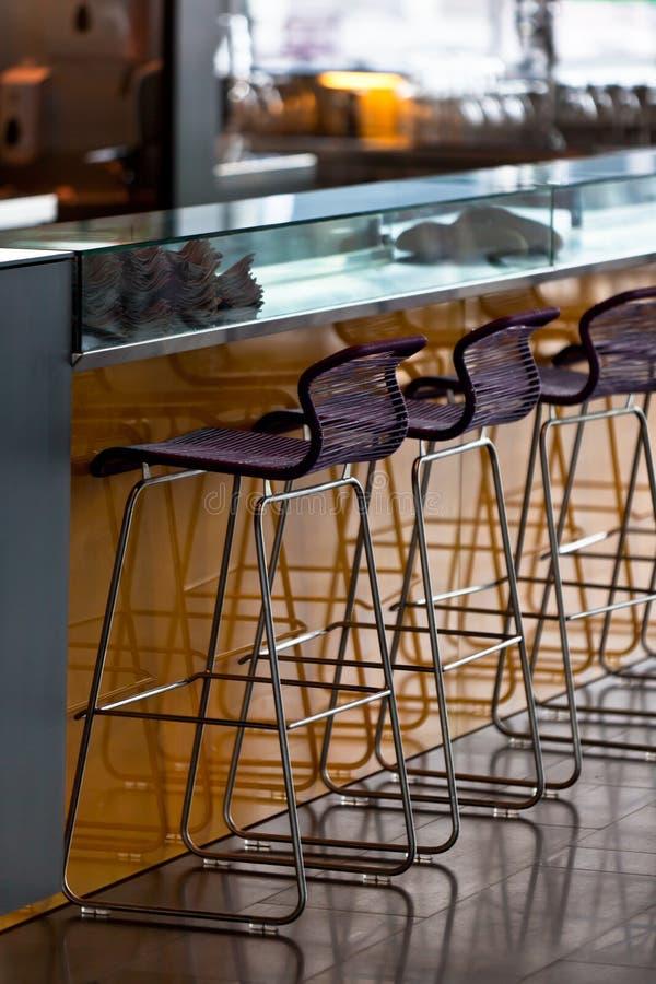 Download 凳子空的行在酒吧的 库存照片. 图片 包括有 browne, 颜色, 闭合, 休闲, 家具, 椅子, 休息室 - 30336836