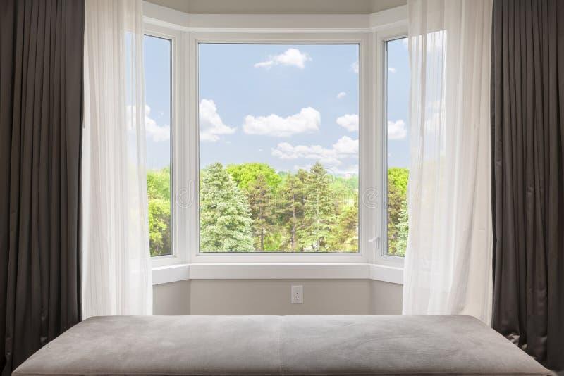 凸出的三面窗有夏天视图 库存图片