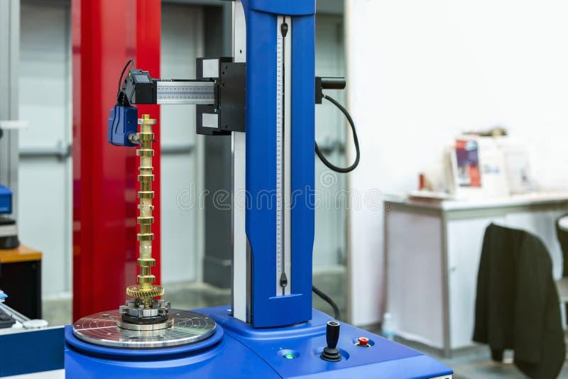 凸轮轴零件或汽车的金属零件准备设定转动高技术&精确度测量机牛颈肉为 免版税库存照片