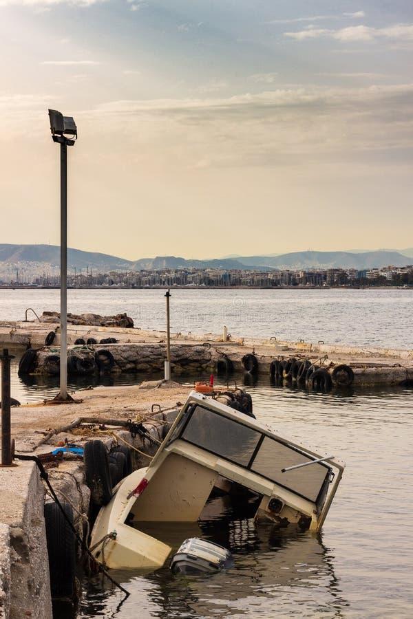 凹下去的城市的小船老小船海海景船视图 免版税库存图片