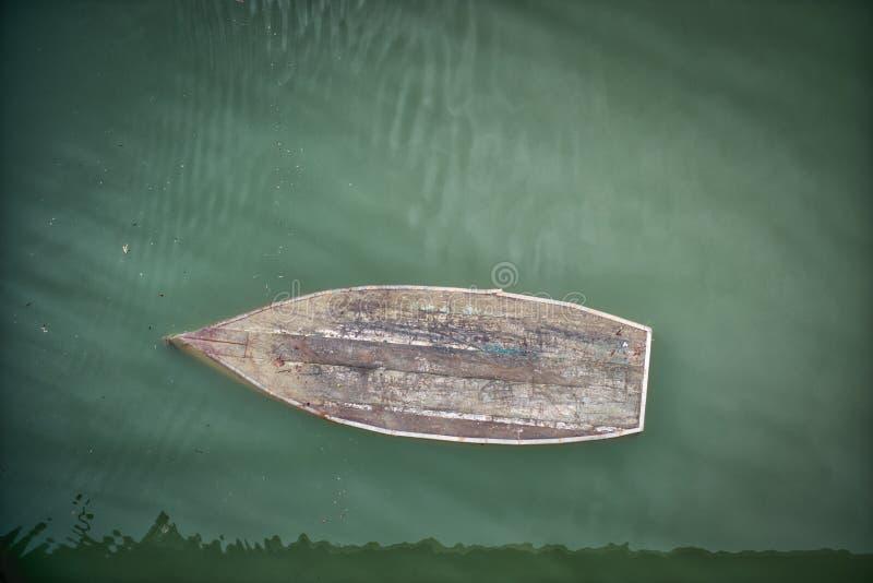 凹下去的小船湖Jablanicko波斯尼亚 免版税库存图片