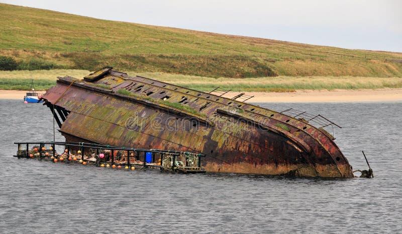 凹下去的小船 免版税库存图片