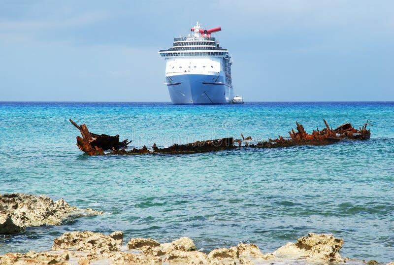 凹下去的船 免版税库存图片