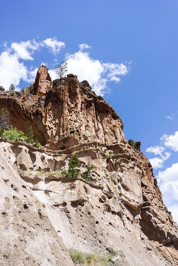 凹室议院和峡谷在Bandelier国家历史文物公园在洛斯阿拉莫斯,新墨西哥 库存照片