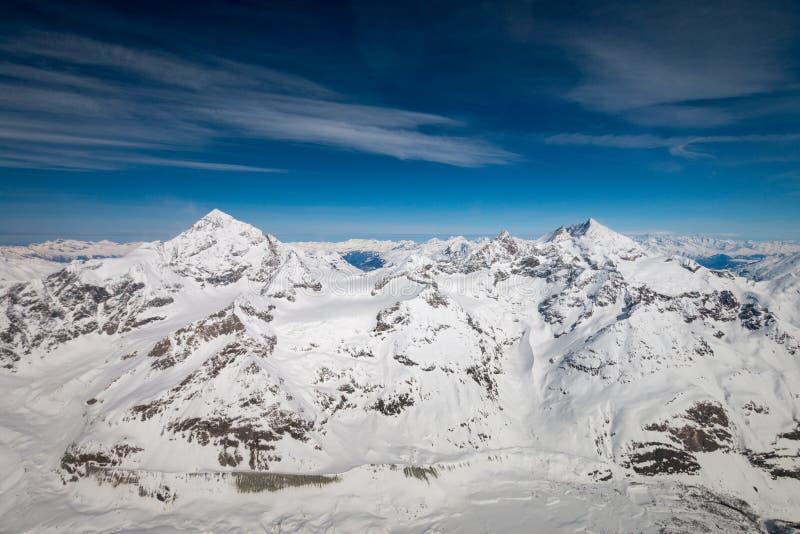 凹痕Blanche山左边和Weisshorn山鸟瞰图在瑞士阿尔卑斯 免版税库存照片