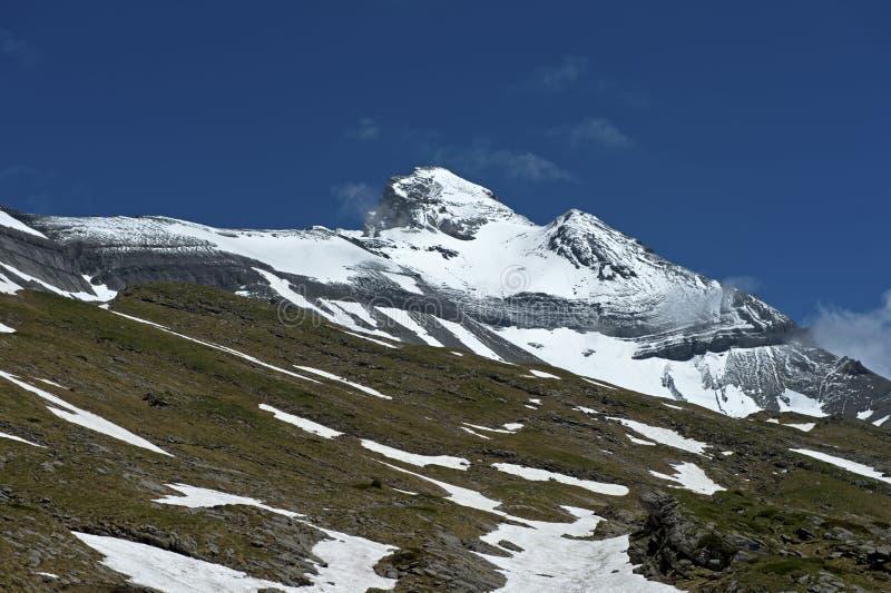 凹痕du密地山脉的积雪的峰顶 免版税库存图片
