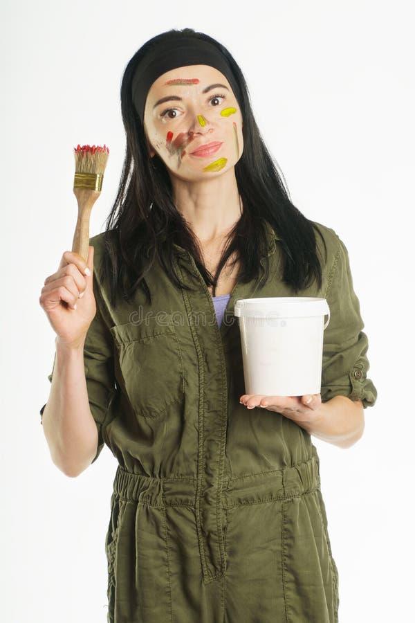 凹道 brusher 绘保留油漆在人的手油漆的 库存照片