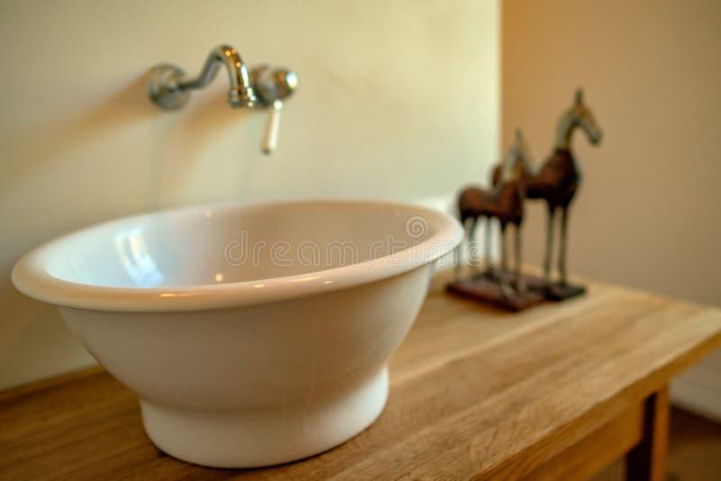 出于对庭院考虑的浴室在一好日子 库存图片