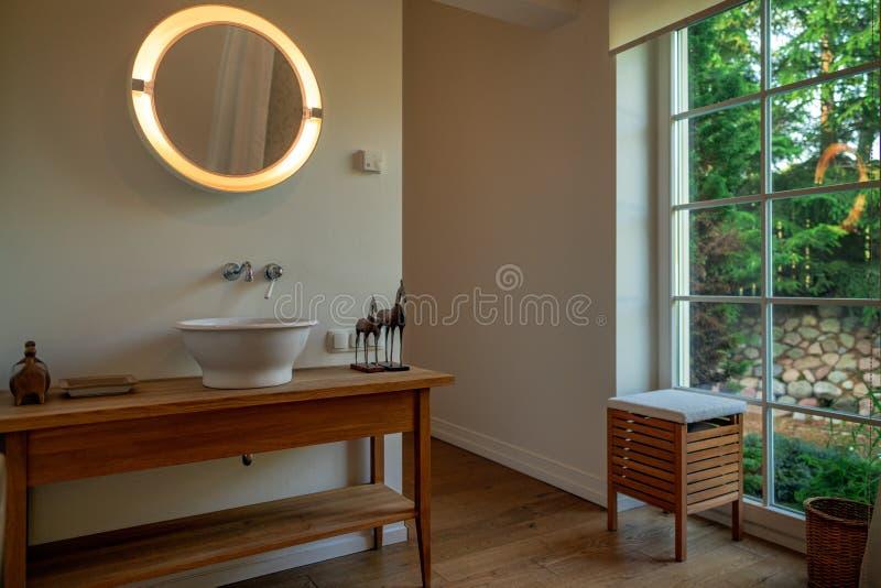 出于对庭院考虑的浴室在一好日子 图库摄影