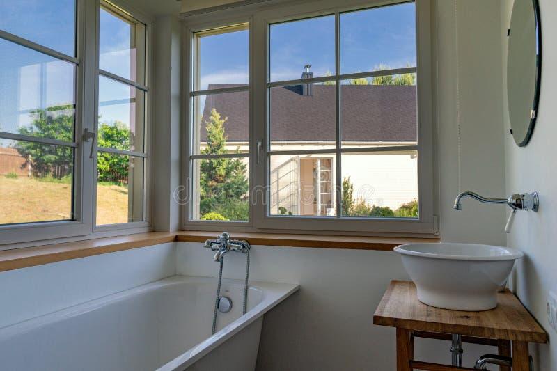 出于对庭院考虑的浴室在一好日子 免版税库存照片