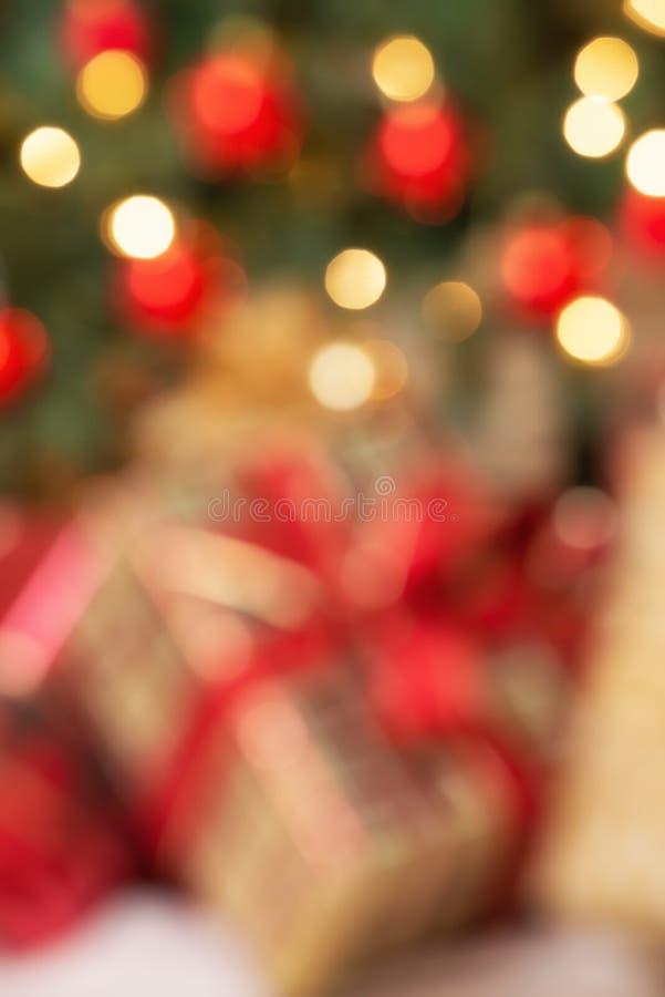 出于焦点圣诞礼物假日背景在树下 免版税库存照片