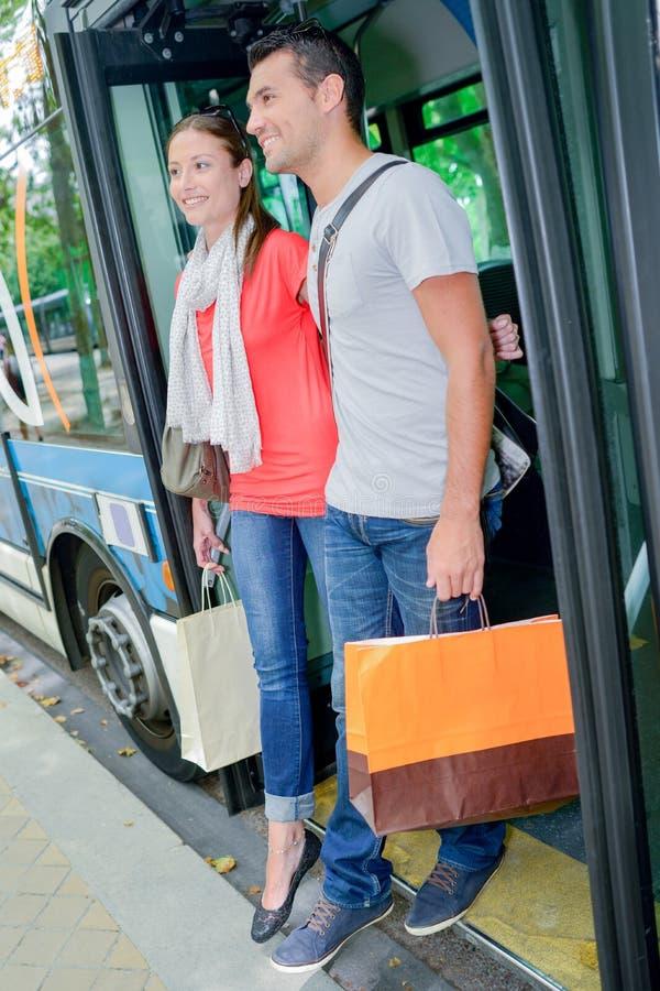 出发公共汽车的夫妇 库存照片