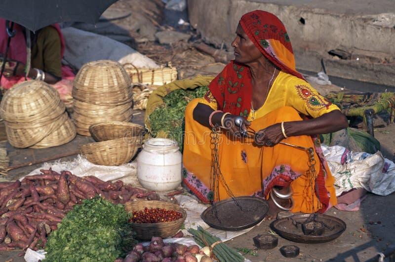 出售蔬菜的印第安夫人 免版税图库摄影