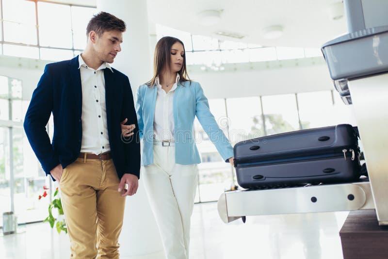 出差者在X光机尝试投入了行李对侦查金属预防在机场 库存照片