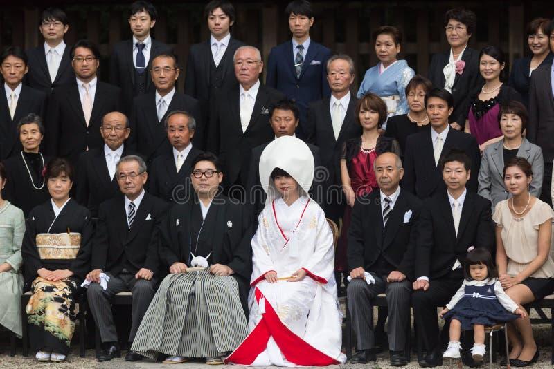 出席传统日本婚礼的新郎正式小组摄影仪式和新娘、家庭和客人在美济礁 免版税库存图片