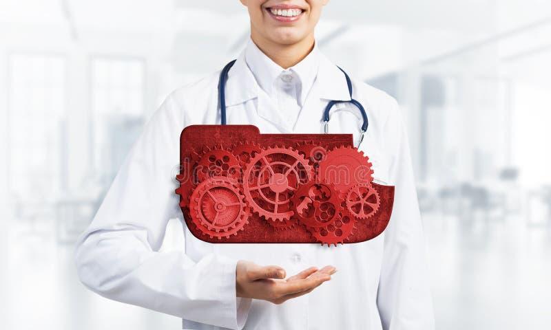 出席在她的棕榈的医学工作者覆盖计算的概念作为钝齿轮机制  免版税图库摄影