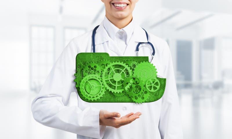 出席在她的棕榈的医学工作者覆盖计算的概念作为钝齿轮机制  免版税库存照片