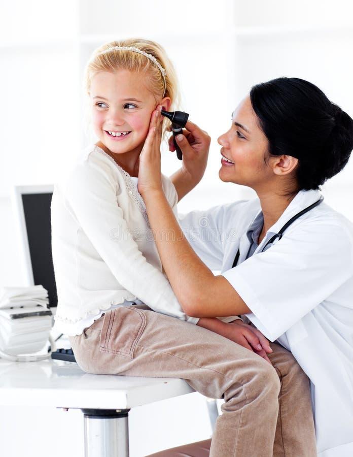 出席检查逗人喜爱女孩少许医疗  库存照片