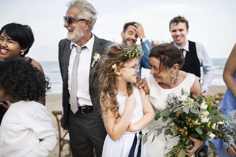 出席海滩婚礼仪式的人们 库存图片