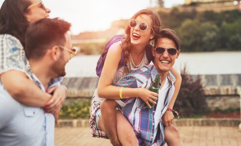 出席节日的愉快的年轻人在夏天 免版税库存照片