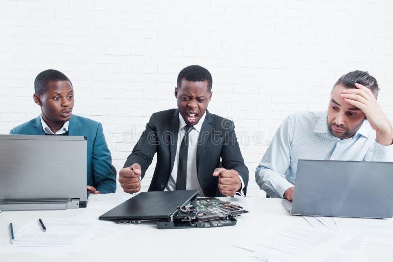 出故障的商业 愤怒的经理在公司办公室 免版税库存图片