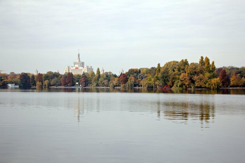 出版自由住处Presei利贝尔和Herastrau公园,秋天季节议院  免版税库存照片