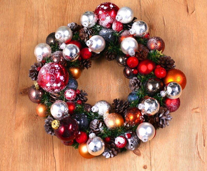 出现在木门装饰的圣诞节花圈 免版税图库摄影
