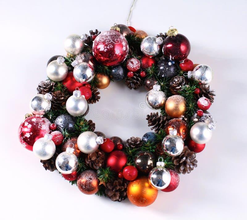 出现在门装饰的圣诞节花圈 图库摄影