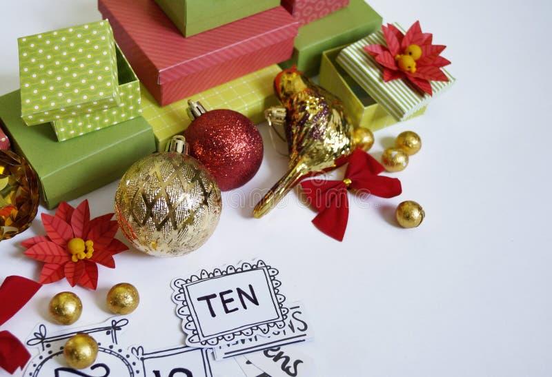出现日历动画片圣诞节要素图标计时多种 创作的过程,手工制造 在箱子的礼物 新年度 圣诞节 免版税图库摄影