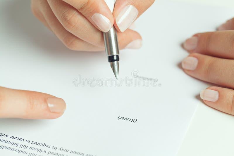 出租合同签字 库存照片