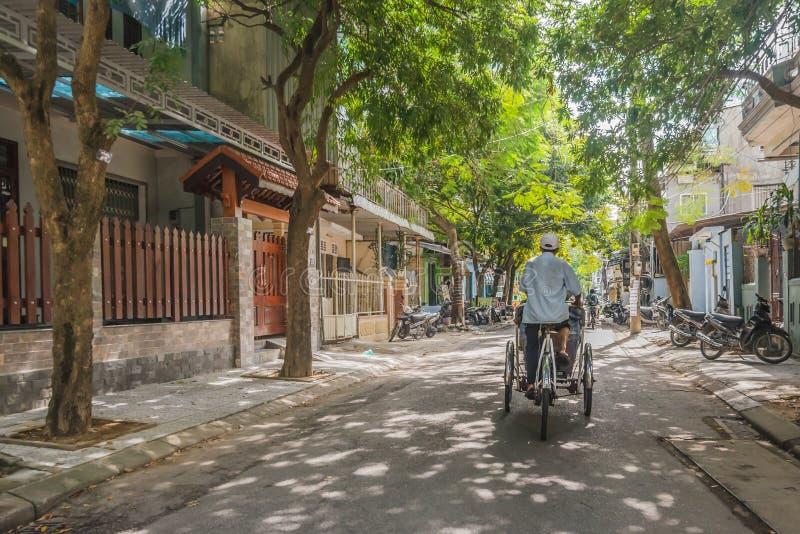 出租机动三轮车在老颜色越南的一条静街上 免版税图库摄影