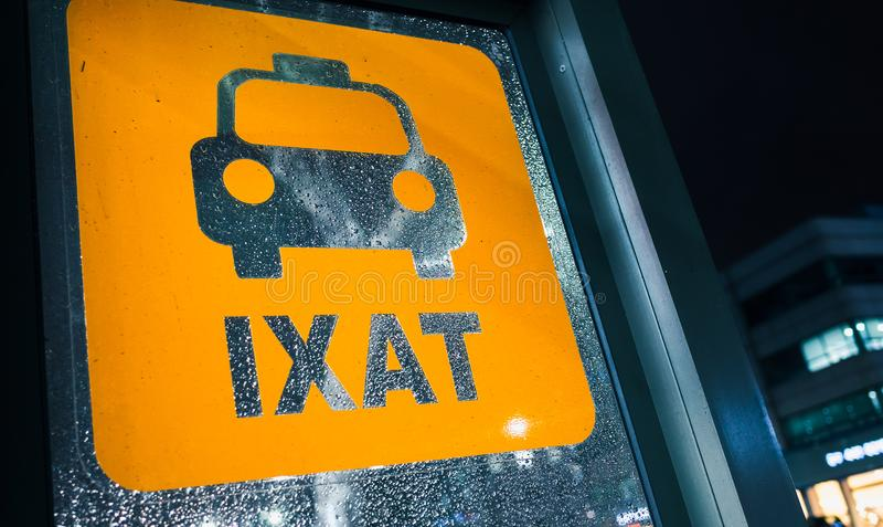 出租汽车中止 在湿玻璃的黄色标志在晚上 库存照片