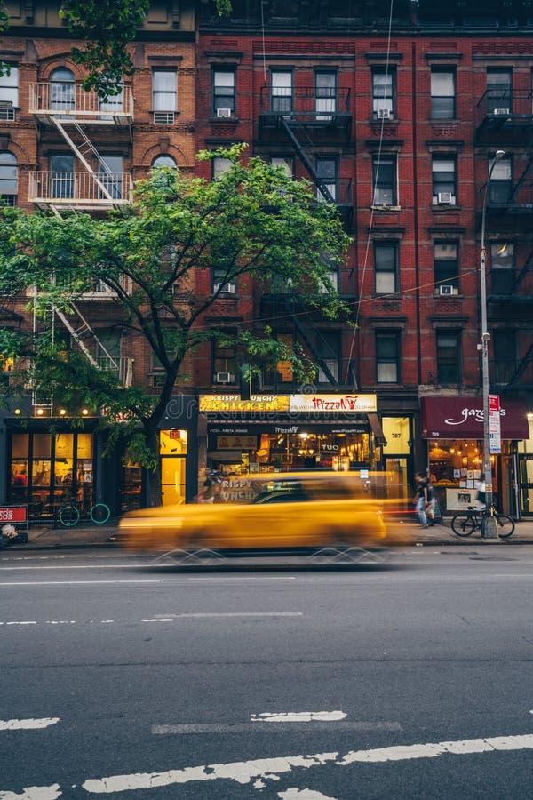 出租汽车以在大厦的背景的速度 免版税库存图片