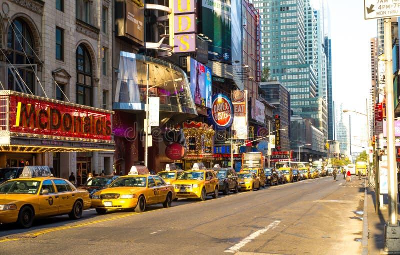 出租汽车和氖在中间地区曼哈顿 库存图片