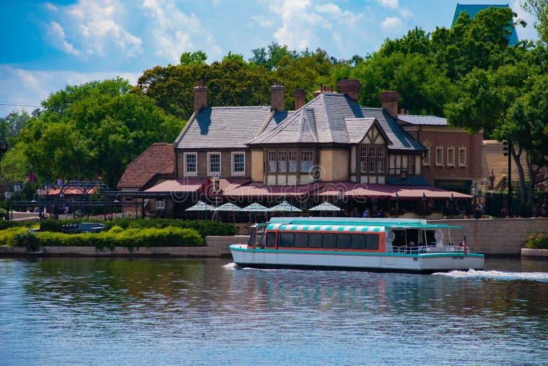 出租汽车在蓝色湖的小船航行在Epcot的英国亭子前面在华特・迪士尼世界 图库摄影