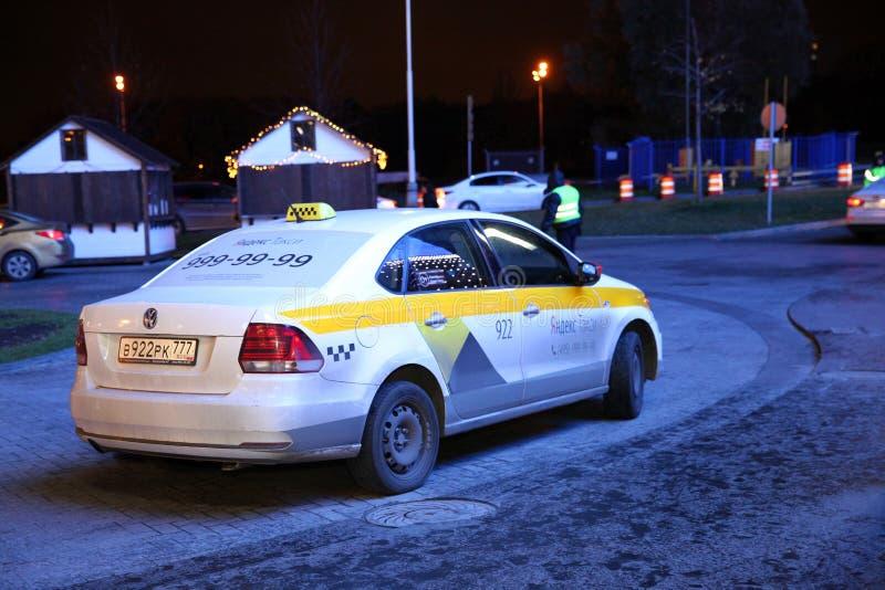 出租汽车汽车在等待的顾客的晚上,公司Yandex t 免版税图库摄影