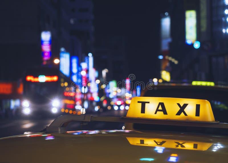 出租汽车盖帽标志计程车车站服务夜生活在城市 免版税库存图片