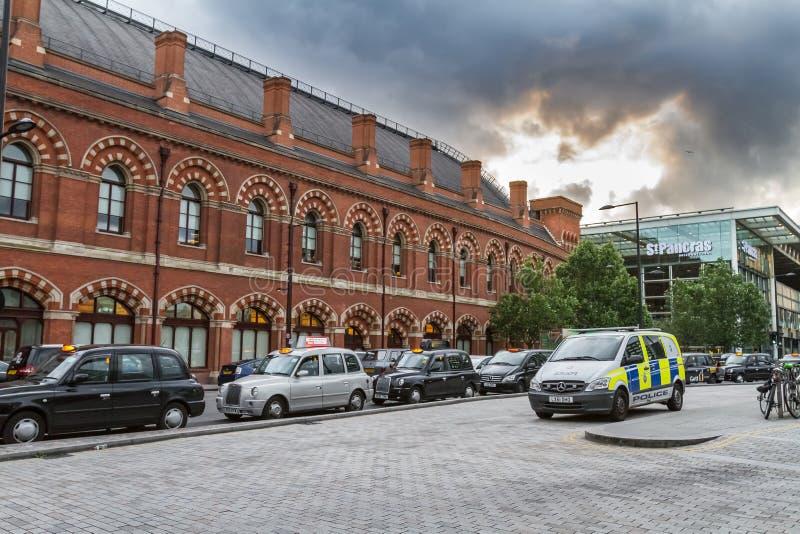 出租汽车警车和队列在Cross圣Pancras Interantional国王驻地之外的 图库摄影