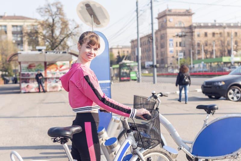 出租的自行车的妇女 库存照片
