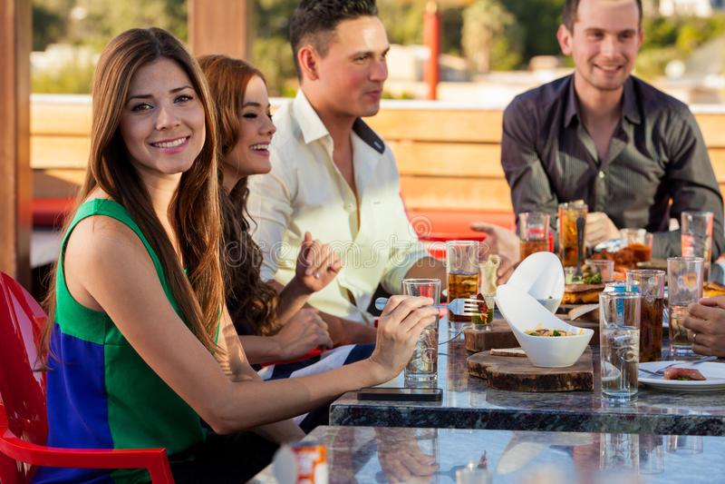 出去吃饭的朋友获得乐趣和 库存照片