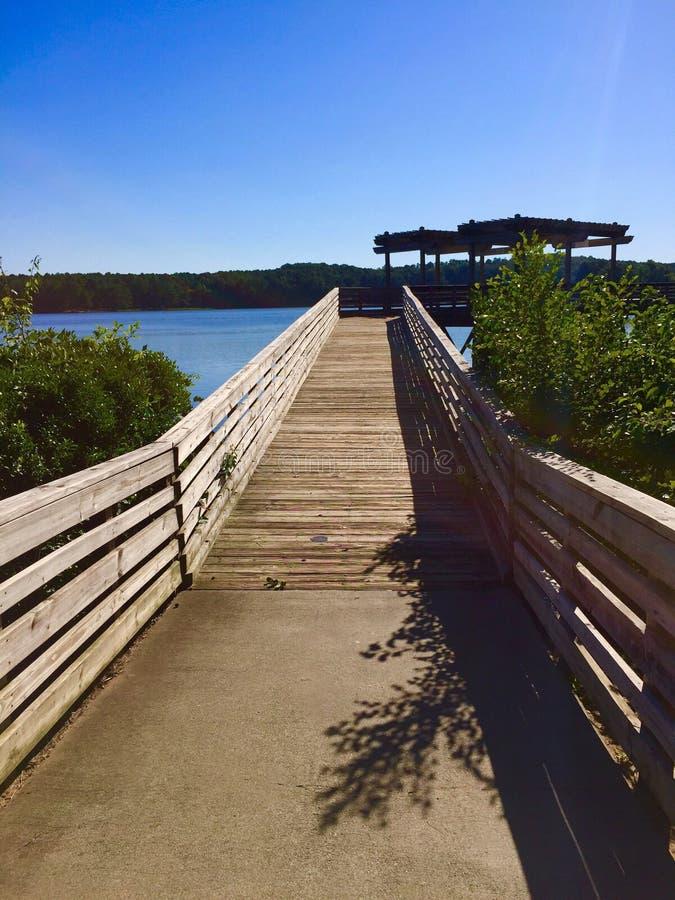 出去对湖的木码头 库存照片