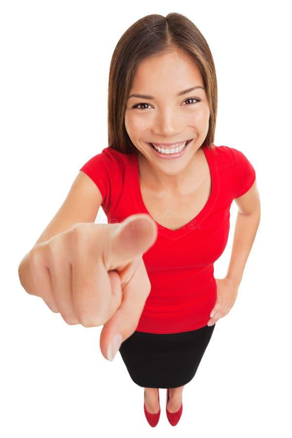 指向照相机微笑的妇女愉快 免版税库存照片