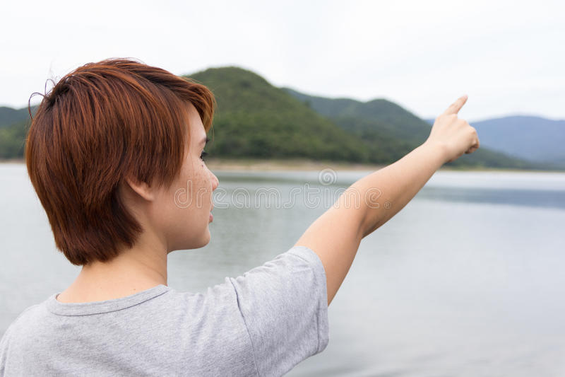 Download 出头的女人 库存图片. 图片 包括有 假期, 指向, 本质, 旅行, 愉快, 妇女, 女孩, 查找, 节假日 - 59104551