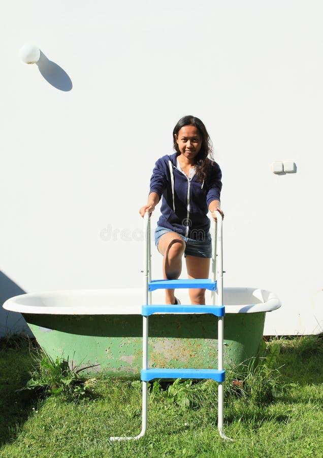 出去从浴缸的女孩 图库摄影