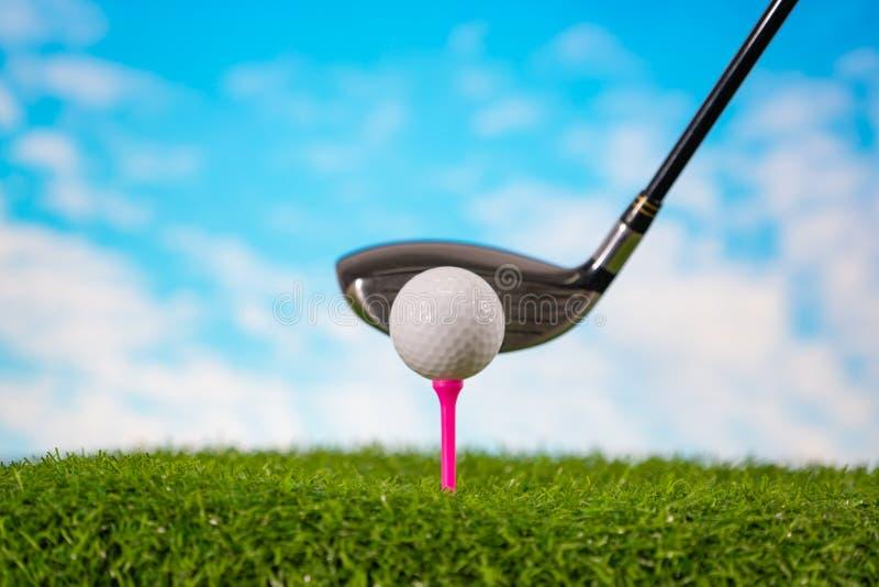 击中在发球区域的高尔夫球运动员高尔夫球 免版税图库摄影