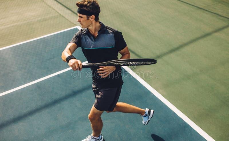击中在比赛的网球员正手击球 库存图片