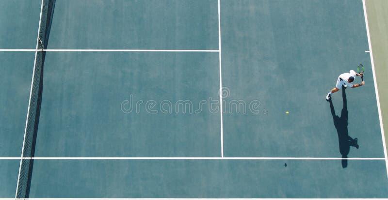 击中在硬地网球的网球员反手 库存照片